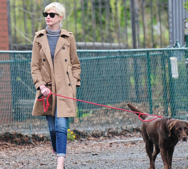 Dog-Walking-Style-Anne-Hathaway.jpg